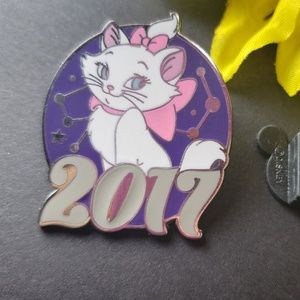 $6 🍁 Disney Marie pin